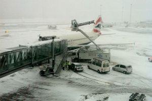 Atsniegošanas auto ietriecies lidmašīnās motorā Arlandas lidostā. Foto SVD