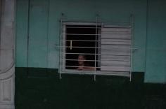 Kuba, sieviete aiz kioska loga