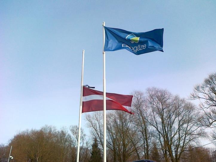 Latvijas karogs sēru noformējumā