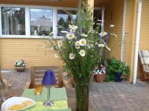 pļavas puķes vāzē