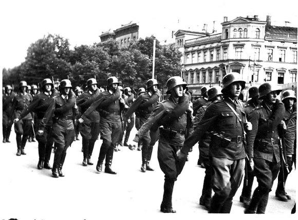 Rīga: 1940. gada vasara neilgi pirms PSRS okupācijas, Latvijas armija © Hermanis Veinbergs / Sandra Veinberga, NordicBaltic Communications