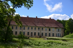 Pamestā Aumeisteru muižas pils