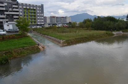 Atkritumi un upe