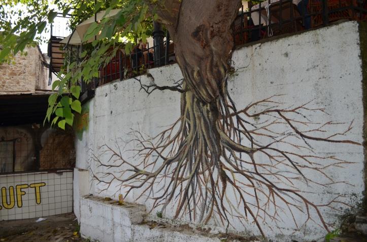 koks ar zīmētām saknēm
