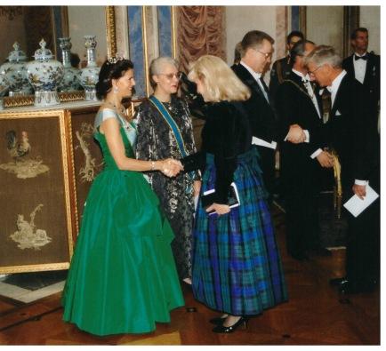 Sandra Veinberga sasveicinās ar Zviedrijas karalieni Silviju pieņemšanā pie karaļa sakarā ar Latvijas prezidenta G. Ulmaņa pirmo oficiālo vizīti Zviedrijā 1996. gadā
