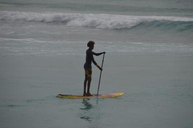 Vientuļais sērfotājs Santa Maria krastā